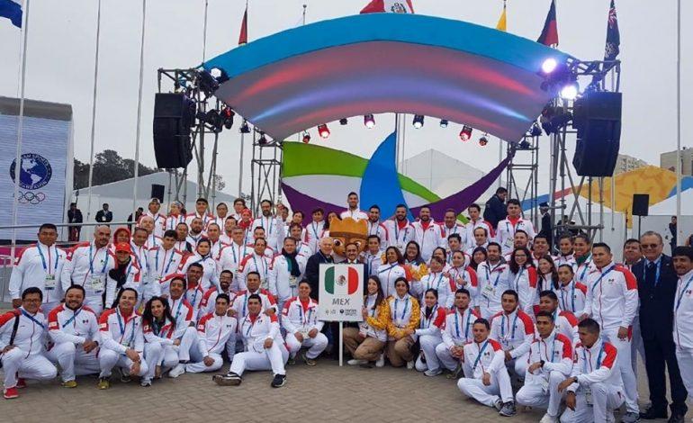 Ondea bandera mexicana en Villa Panamericana Lima 2019