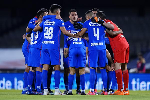 Cruz Azul vence con polémico penal a Pumas y sigue de líder en Liga MX
